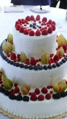 Torta nuziale bianca, ricca di frutta