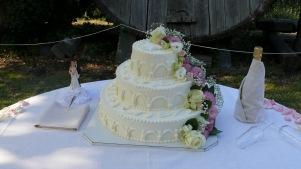 Torta nuziale ricoperta di panna