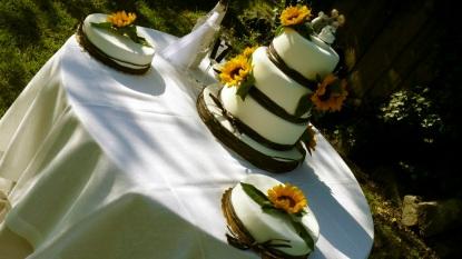 Torta nuziale con rafia marrone e girasoli