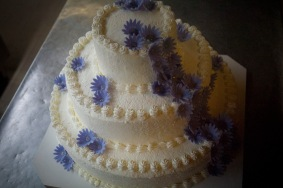 Torta nuziale con fiori color lavanda