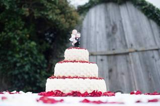 """Decorazione torta nuziale a """"cestino"""", ricoperta di fragoline"""