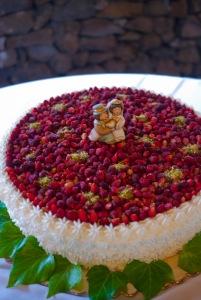 Deattaglio torta nuziale ricoperta di fragoline di bosco