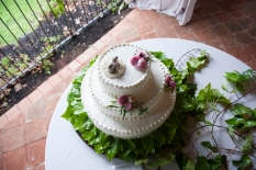 La torta shabby chic poggia su una base a specchio, con piedini di legno