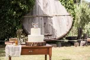 Allestimento Hipster per torta nuziale spatolata, con tronco e allestimento floreale di lavanda