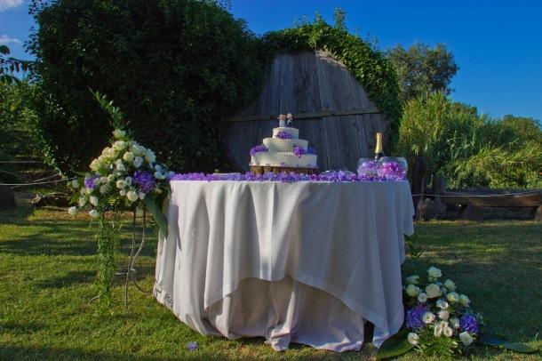 Torta nuziale, con allestimento floreale sui toni del Lilla