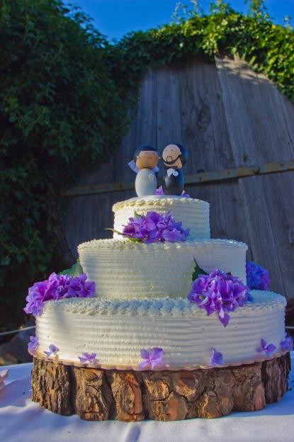 Dettaglio fiori Lilla su torta nuziale in panna