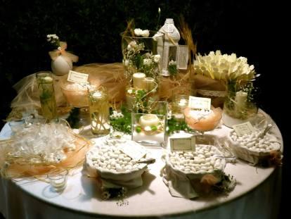 Tavolo dei confetti con tulle color salmone, verde e spighe di grano