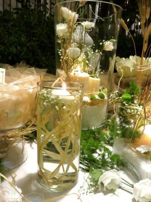 Dettaglio allestimento tavolo dei confetti, con rafia naturale