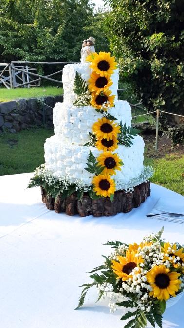 Torta nuziale rialzata, con girasoli veri e decorazione a cestino