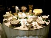 Romantico tavolo dei confetti, dove spiccano i cestinelli in vimini