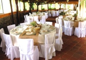 Gazebo estivo, allestimento con tavoli bianchi e iuta