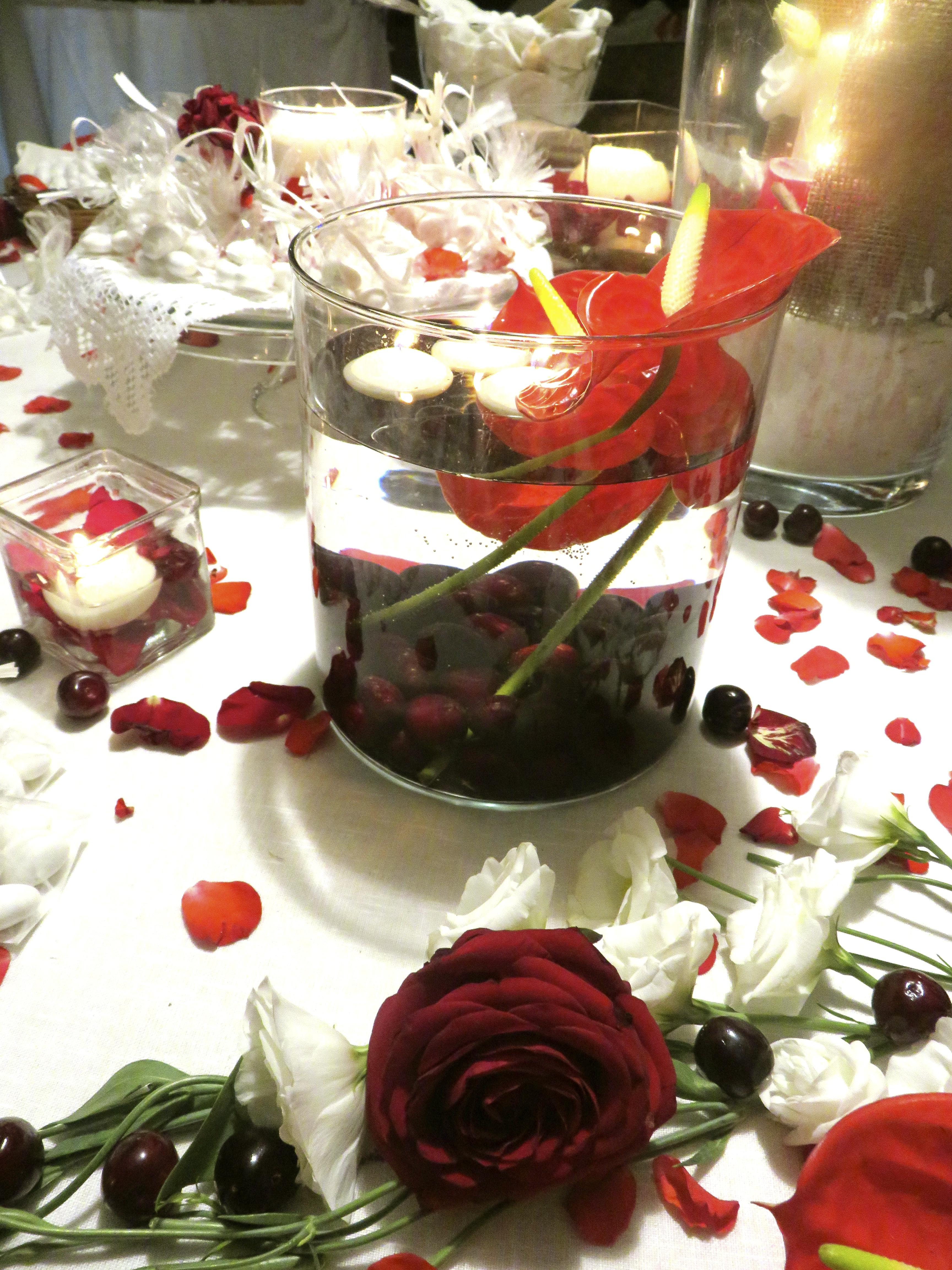 Matrimonio Tema Rosso : Tavolo dei confetti colore rosso tema ciliegie case