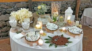 Allestimento color salmone, tavolo dei confetti con juta, centrini e cestinelli