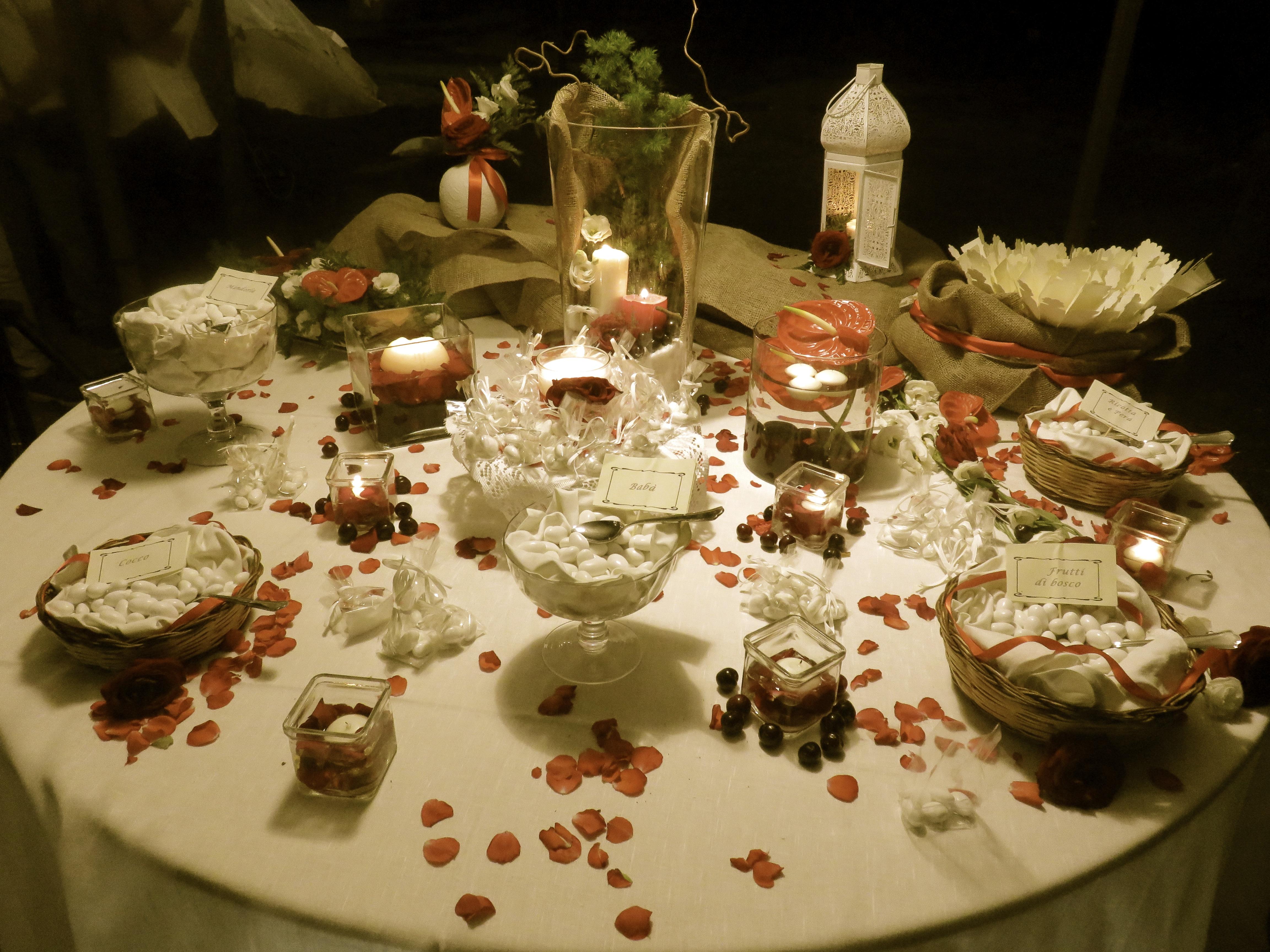 Matrimonio Tema Rosso : Tavolo dei confetti rosso con ciliegie case perrotta nozze